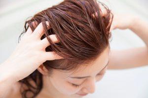 髪の毛につけると同時にマッサージするのもおすすめ!